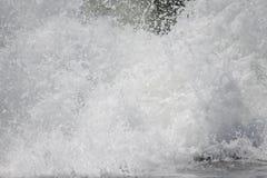 Закройте вверх колотить Тихий океан прибой Стоковые Изображения RF