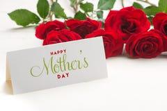 Закройте вверх красивого букета роз с счастливой карточкой дня матерей Стоковое фото RF