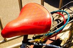 Закройте вверх красивого винтажного места велосипеда (велосипеда, места, года сбора винограда) Стоковая Фотография RF