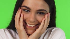 Закройте вверх красивого девочка-подростка усмехаясь придающ форму чашки ее сторона с ее руками акции видеоматериалы