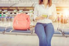 Закройте вверх красивого пассажира молодой женщины с умным телефоном на стоковая фотография