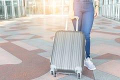 Закройте вверх красивого путешественника бизнес-леди с багажом на ai стоковое изображение