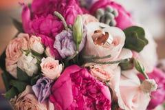 закройте вверх красивого bridal букета с кольцами Стоковая Фотография RF