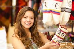 Закройте вверх красивой женщины держа андийскую традиционную пряжу ткани одежды сумки и сплетенной вручную в шерстях Стоковые Фото