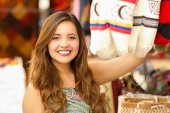 Закройте вверх красивой женщины держа андийскую традиционную пряжу ткани одежды сумки и сплетенной вручную в шерстях Стоковая Фотография RF