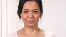 Закройте вверх красивой зрелой азиатской женщины с розовым знаком осведомленности рака молочной железы ленты стоковые изображения