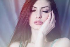 Закройте вверх красивой молодой женщины при закрытые глаза касаясь ее щеке с ладонью стоковые изображения