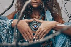 Закройте вверх красивой молодой женщины outdoors концепция ремесла ведьмы Стоковые Фотографии RF