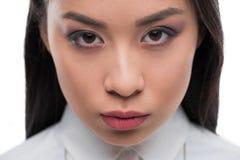 Закройте вверх красивой серьезной азиатской девушки смотря камеру, Стоковое Изображение RF