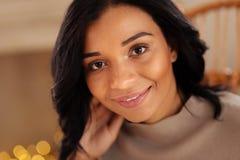 Закройте вверх красивой темн-с волосами женщины Стоковое Изображение RF