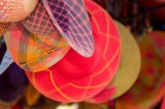 Закройте вверх красивой усмехаясь молодой женщины пряча за андийской традиционной пряжей ткани одежды и сплетенной вручную Стоковые Изображения RF