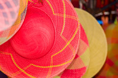 Закройте вверх красивой усмехаясь молодой женщины пряча за андийской традиционной пряжей ткани одежды и сплетенной вручную Стоковые Изображения