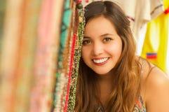 Закройте вверх красивой усмехаясь молодой женщины пряча за андийской традиционной пряжей ткани одежды и сплетенной вручную Стоковое фото RF