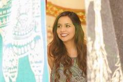 Закройте вверх красивой усмехаясь молодой женщины пряча за андийской традиционной пряжей ткани одежды и сплетенной вручную Стоковые Фотографии RF
