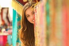 Закройте вверх красивой усмехаясь молодой женщины пряча за андийской традиционной пряжей ткани одежды и сплетенной вручную Стоковая Фотография RF