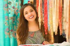 Закройте вверх красивой усмехаясь пряжи ткани одежды молодой женщины касающей андийской традиционной и сплетенный вручную в шерст Стоковые Фото