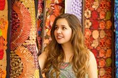 Закройте вверх красивой усмехаясь пряжи ткани одежды молодой женщины касающей андийской традиционной и сплетенный вручную в шерст Стоковое Изображение