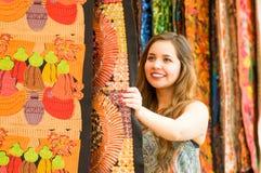 Закройте вверх красивой усмехаясь пряжи ткани одежды молодой женщины касающей андийской традиционной и сплетенный вручную в шерст Стоковое фото RF