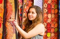 Закройте вверх красивой усмехаясь пряжи ткани одежды молодой женщины касающей андийской традиционной и сплетенный вручную в шерст Стоковые Изображения