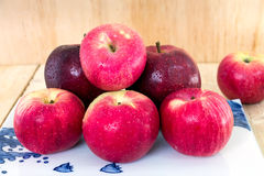 Закройте вверх красивых яблок с капелькой Стоковое фото RF