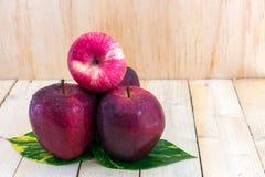 Закройте вверх красивых яблок с капелькой Стоковые Изображения