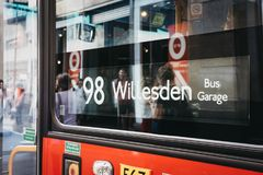Закройте вверх красного знака числа автобуса двойной палуба в Лондоне, Великобритании стоковые изображения