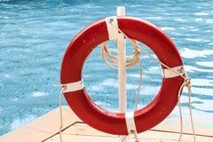 Закройте вверх красного кольца жизни на бассейне Стоковые Изображения RF