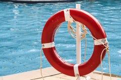 Закройте вверх красного кольца жизни на бассейне Стоковые Фото