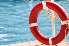 Закройте вверх красного кольца жизни на бассейне Стоковая Фотография