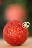Закройте вверх красной безделушки рождества Стоковое Изображение RF