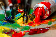 Закройте вверх красок и щеток масла на палитре Стоковое фото RF
