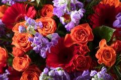 Закройте вверх красочного букета цветков с красными розами и gerbers Стоковое Фото