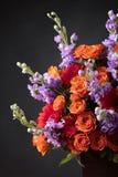 Закройте вверх красочного букета цветков с красными розами и gerbers Стоковая Фотография RF
