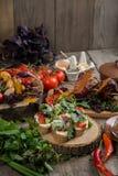 Закройте вверх красочного зажаренного Vegetable подноса щедрот на деревянном лотке Стоковое фото RF