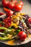 Закройте вверх красочного зажаренного Vegetable подноса щедрот на деревянном лотке и окуните отдыхать на столе для пикника Стоковая Фотография