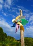 Закройте вверх красочного Pinwheel на предпосылке голубого неба Стоковое Фото