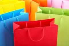 Закройте вверх красочных бумажных хозяйственных сумок стоковая фотография rf