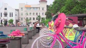 Закройте вверх красочных велосипедов на квадрате Fatahillah в Kota, городке ` s Джакарты старом сток-видео