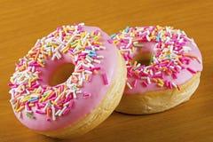 Закройте вверх красочных и очень вкусных donuts Стоковое Изображение