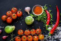 Закройте вверх красочных специй и свежих овощей для варить на темной предпосылке металла с космосом для текста Взгляд сверху био стоковая фотография rf