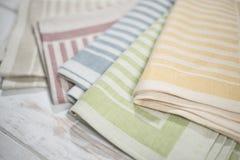 Закройте вверх красочных сложенных салфеток таблицы с сплетенными нашивками Стоковая Фотография RF