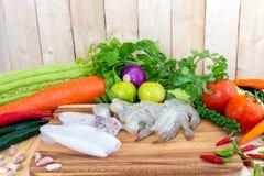 Закройте вверх креветки, кальмара, и свежих овощей Стоковая Фотография RF