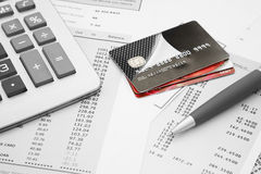 Закройте вверх кредитные карточки с заявлениями, ручкой и c кредитной карточки Стоковое фото RF