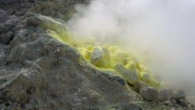 Закройте вверх куря фумарол на активном вулкане Sibayak сток-видео