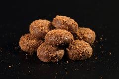 Закройте вверх кучи очень вкусных хрустящих печениь карамельки покрытых с частицами молочного шоколада и печенья стоковая фотография