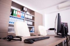 Закройте вверх клавиатуры, мыши и шлемофона на таблице офиса Стоковое Изображение