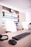 Закройте вверх клавиатуры, мыши и шлемофона на таблице офиса Стоковое Фото