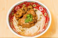 Закройте вверх лапши цыпленка пара с супом стоковые изображения