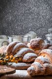 Закройте вверх, макрос Завтрак со свежо испеченными французскими круассанами, напудренными на верхнем порошке белого сахара скопи стоковое фото