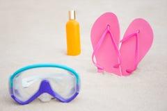 Закройте вверх маски подныривания, темповых сальто сальто и бутылки лосьона suntan дальше Стоковые Изображения RF